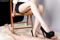 Yuuki Ryo giving footjob in black high heels